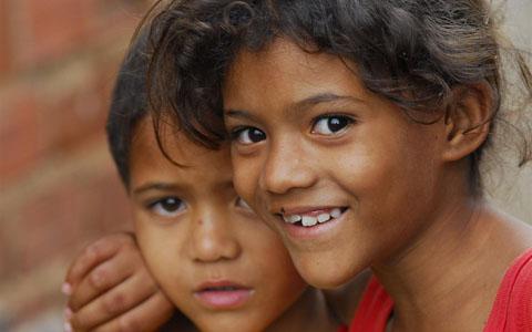 Poliana da Silva, 7, e seu irmão, Gabriel, 4, em Olinda, Pernambuco. Foto: UNICEF/Versiani